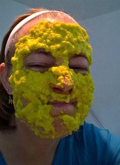 Det kunne aldrig falde mig ind at købe en ansigtsmaske...det er nemlig meget sjovere at gå på jagt i køkkenet og lave en selv. Det er også vældig lærerigt - f.eks. har jeg nu lært at det er pænt sv...