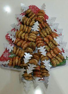 poffertjes kerstboom - 2 kant en klare pakken poffertjes - kerst cocktailprikkers (circa 20 stuks) - decoratiestiften (Dr. Oetker) - kerst dienblad leuk voor bij het school kerstdiner of brunch / lunch. Brunch, Appetizers, Drinks, Christmas, Recipes, Food, Decor, Drinking, Xmas