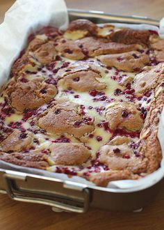 Syksyn paras herkku! Kanelilla ja puolukoilla maustettu juustokakkublondies on supermehevä ja superherkullinen. Toimii varmasti myö... Sweet Potato Brownies, Sweet Pastries, Sweet Pie, Fake Food, Sweet Cakes, Desert Recipes, Yummy Cakes, No Bake Cake, Sweet Recipes