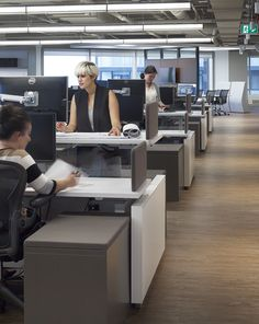 Inscape Bench with height-adjustable worksurface @ HOK's office in Toronto