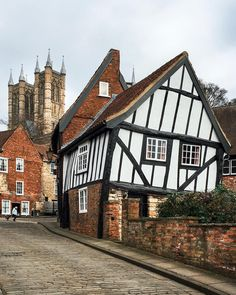 """The Crooked House"" on Steep Hill in Lincoln - Lincolnshire, England Interesting Buildings, Beautiful Buildings, Beautiful Places, Cottages Anglais, Crooked House, Medieval Houses, River Cottage, English Village, Voyage Europe"