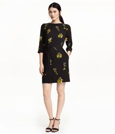 Kort, lige skåret kjole i strukturvævet kvalitet med trykt mønster. Kjolen har læg i halsudskæringen og trekvartlange pufærmer med elastik nederst på ærmerne. Smalt, aftageligt bindebælte i taljen. Foret med jersey.