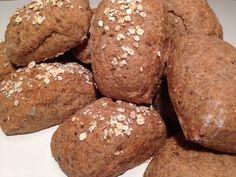 Super nemme mini rugbrød, der kan fryses, så det er nemt at lave sunde madpakker. Disse minirugbrød kan bages med kerner efter eget valg eller helt uden kerner