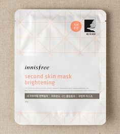 Second skin mask brightening::A perfectly fitting face mask made with vitamin C derivatives to brighten the skin