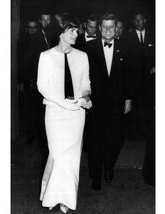 Nadire Atas on Jacqueline Kennedy Onassis HH Style Icon: Jackie Kennedy Onassis - Haute Hijab Jacqueline Kennedy Onassis, Jfk And Jackie Kennedy, Les Kennedy, Jaqueline Kennedy, Carolyn Bessette Kennedy, Kennedy Town, Lee Radziwill, Lady, Style Icons