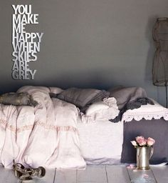 Il modo più romantico per decorare una camera da letto. You make me happy when skies are grey.