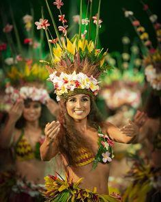 Polynesian Girls, Polynesian Dance, Polynesian Culture, Tahitian Costumes, Tahitian Dance, Carnival Girl, Costumes Around The World, Royal Beauty, Hula Girl