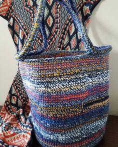 Crochet tote bag #totebag #handbags #bag #pouch #crochetdetail #fashionaccesory #fallfashion #crochet #mixedyarns #pattern