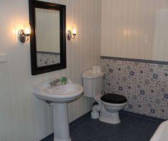 Herregårdstilen finner du også på badet. Decor, Furniture, Home Decor, Bathroom Mirror, Framed Bathroom Mirror, Bathroom