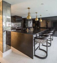 Modulküche schwarze Farbe moderne Unterschränke Spiegelfliesen