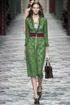 The complete Gucci Spring 2016 Ready-to-Wear fashion show now on Vogue Runway. Gucci Fashion Show, News Fashion, Fashion Moda, Fashion Week, Look Fashion, Paris Fashion, Runway Fashion, Trendy Fashion, Spring Fashion