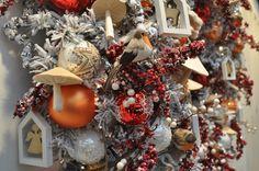 Het IKEA-gevoel, dat krijg ik van deze trend! De combinatie van de typische kerstkleuren rood en wit met lichte houtsoorten geeft deze kersttrend voor 2016 een Scandinavische twist. Meer kersttrends op http://www.christmaholic.nl