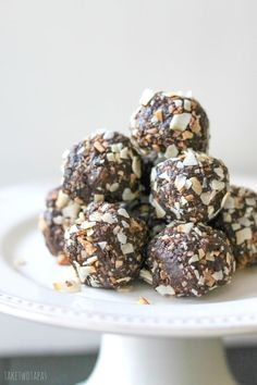 Date and Macadamia Nut Powerballs. These little Powerballs are full of good for you ingredients like dates macadamia nuts coconut and unsweetened cocoa. Powerballs Recipe, Fudge, Chocolate Balls Recipe, Chocolate Macadamia Nuts, Coconut Chocolate, Good Healthy Snacks, Healthy Options, Healthy Protein, Healthy Treats