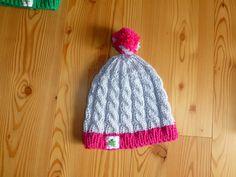 www.gluecksfrosch.de graue Mütze mit Zopfmuster, rosa Rand und rosa Bommel