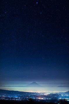fuckyeahjapanandkorea:  Japan and Mt Fuji - Under the Starry Sky (by Yuga Kurita)