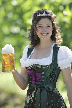 Bayerische Bierkönigin 2013-2014 Maria Krieger (Lola Paltinger) Beer Maid, I Like Beer, Oktoberfest Beer, Beer Girl, Dirndl Dress, Beer Fest, Fairy Clothes, German Women, Beauty Around The World