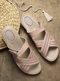 #EANF# #shoes #womenshoes #footwear #shoestrends Pretty Shoes, Cute Shoes, Girls Sandals, Flat Sandals, Womens Summer Shoes, Fashion Shoes, Fashion Wear, Latest Shoe Trends, Comfortable Heels