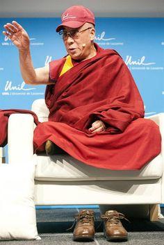 Em viagem de quatro dias à Suíça, o líder espiritual tibetano Dalai-lama faz discurso na Universidade de Lausanne - http://revistaepoca.globo.com//Sociedade/fotos/2013/04/fotos-do-dia-15-de-abril-de-2013.html (Foto: EFE/Sandro Campardo)