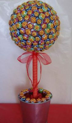 Lollipop tree for a gourmet theme wedding Candy Topiary, Candy Trees, Candy Table, Candy Buffet, Homemade Gifts, Diy Gifts, Candy Bouquet Diy, Lollipop Tree, Sweet Trees