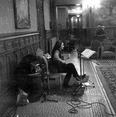 """L'auteur, chanteur et compositeur Suisse, Stephan Eicher, en février 1993 dans un salon de  l'Hôtel de la Cité, pendant l'enregistrement de son album """"Carcassonne"""". Photo: Thierry Rajic"""