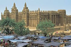 Great Mosque of Djenne. Founded c. 1200 C. Monday market at the Great Mosque of Djenne Ap Art History 250, History Class, Vernacular Architecture, Art And Architecture, Africa Quiz, Sacred Mountain, Place Of Worship, Pilgrimage, African Art
