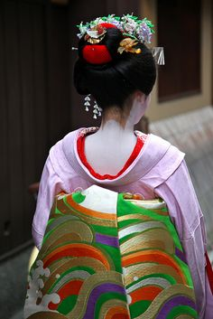 floating-flowers: Maiko Chiyoko's Obi in Kyoto. Geisha Japan, Geisha Art, Japanese Geisha, Japanese Beauty, Japanese Girl, Traditional Japanese Kimono, Traditional Art, Traditional Outfits, Kyoto