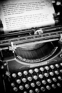 """eclectic-scriptorium: """" Old Underwood typewriter, text of Edgar Allan Poe's """"The Raven"""" being typed out… What more do you want? """" enchantedengland: I am in love with this typewriter. And on an entirely unrelated note, I have discovered my entire life. Vintage Design, Vintage Love, Retro Vintage, Vintage Items, Vintage Office, Underwood Typewriter, Quoth The Raven, Ex Machina, Vintage Typewriters"""