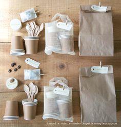 Dans notre concept de packs cadeaux les petites emplettes (stylisme isabelle dubois-dumée), nous vous proposons toute une collection. Ici le pack *pause café* à emporter où vous voulez. Pour chouchouter vos clients, amis, famille. Tous les budgets, toutes les occasions, à vous de choisir. Ils sont déjà joliment emballés, il n'y a plus qu'à les offrir.
