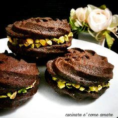 viennesi cioccolato e pistacchio,deliziosi e friabilissimi biscotti di frolla montata,farciti con crema alle nocciole e decorati con granella di pistacchio.