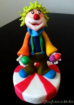 Can you believe what some people can do with fondant???  Wonderful work of edible art!