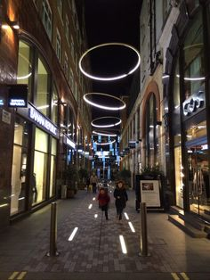Pedestrian street lighting anneaux de led comme des auréoles et barettes lumineuses sur lesquelles sauter à pied joints!!