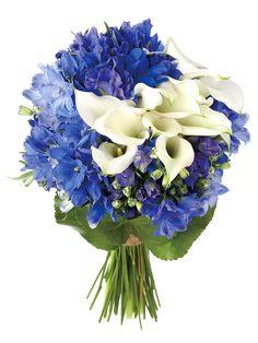 清楚で爽やかなブルーのデルフィニュームにカラーでアクセントをつけて。(花材:デルフィニューム、カラー、ゲーラックス)ブーケ¥31,500/ポワンヌフ