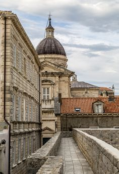 Walking along the old city wall of Dubrovnik Old City, World Heritage Sites, Croatia, Travel Tips, Old Things, Louvre, Walking, Building, Wall
