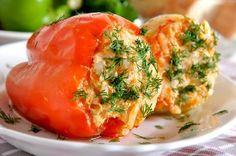 Перец фаршированный овощами и курицей  >Ингредиенты: Перец болгарский — 1 шт. Морковь — 1 шт. Корень сельдерея — 1 шт. Лук порей — 1 шт. Помидоры — 1 шт. Зелень по вкусу Курица (без шкуры) – по 40 г в каждый перец Оливковое масло – 15 г Соль, приправы — по вкусу  Овощи берем произвольно (можно в равных пропорциях), так, чтобы соединив с курицей можно было заполнить перец  >Приготовление:  1.Почищенный перец опускаем на несколько минут в кипящую воду, и кладем остывать 2.Овощи режем (морковь…