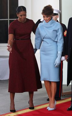 Melania Trump at Trump's inaguration wearing a dress by Ralph Lauren, including her suede gloves and suede clutch respectfully treated by outgoing First Lady Michelle Obama. Donald And Melania Trump, First Lady Melania Trump, Donald Trump, Ivanka Trump Inauguration, Michelle Obama Fashion, Blue Dresses, Dresses For Work, Look 2018, Classy Outfits