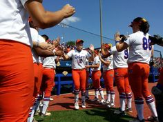 Here come the #Gators! Play ball! #WCWS pic.twitter.com/Zzz7Zfu8ee
