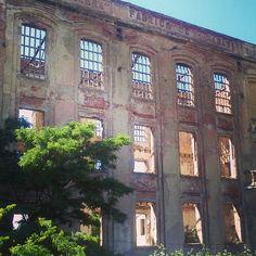 Fábrica abandonada a orillas del Canal de Castilla