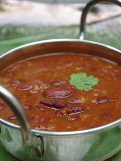 Recette d'haricots rouges à l'indienne     250g de haricots rouges cuits     2 gros oignons coupés finement     2 gousses d'ail écrasées      un petit bout de gingembre     1 tomate coupée grossièrement     1 cuillère à soupe de concentré de tomates avec un peu d'eau     1 cs et 1/2 de curry     1 cc et 1/2 de curcuma     1 ccde paprika     1 cc de cumin     2 feuilles de laurier     2 clous de girofle     2 grains de poivre     de l'huile     du sel