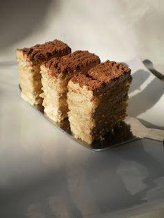 Imi cer mii de scuze ca v-am lasat sa asteptati atat de mult timp reteta acestei prajituri.Este foarte usor de facut si se aseamana foarte bine cu Prajitura cu lamaie ca tehnica. ingredientefoi9 oua9 lg zahar9 lg fainaesenta de vanilie crema400 gr frisca125 gr mascarpone5 galbenusuri200 gr zahar4 lg nessun plic gelatina2 lg cacaoesenta vanilie