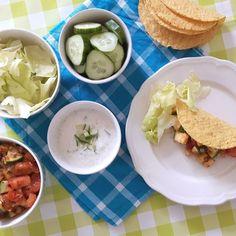 Mexicaanse taco's met scholvis, tomaat, courgette, tzatziki, ijsbergsla en komkommer / Mexican taco's with plaice fish, tomatoes, zucchini, tzatziki, iceberg salad and cucumber - Het keukentje van Syts