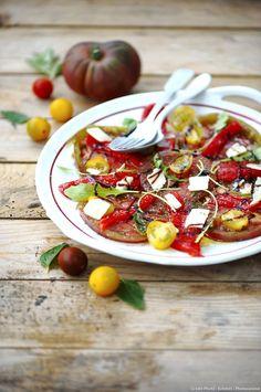 Carpaccio de tomates, poivron et parmesan - Découvrez comment réaliser facilement une recette de carpaccio de tomates, poivron et parmesan en suivant les étapes simples de notre préparation. Une délicieuse entrée de saison qui plaira à tous !