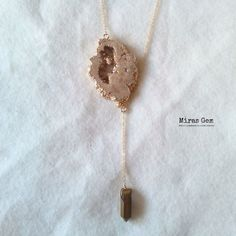 ピーチベージュ系のドゥルージーロングネックレス。 結晶部分がキラキラしてとてもきれいです。...