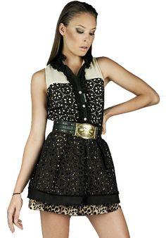 Top y falda, disponible online.
