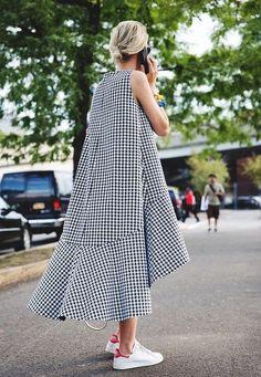 Платье с кроссовками (94 фото): как можно носить платье с белыми и другого цвета кроссовками, луки 2017 с вечерним и черным платьем