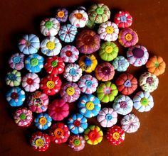 De jolis potirons en tissus ... L'idéal encore une fois pour utiliser les chutes de tissus et créer de jolies décorations, des colliers originaux, des broches, des barettes ou juste pour remplir un vase dans le salon ! Idée glanée sur le blog Mon petit bazar avec un super tuto qui nous guide pas à pas ! Fabric Beads, Fabric Scraps, Yo Yo Quilt, Textiles, Couture Sewing, Textile Jewelry, Diy Flowers, Pin Cushions, Harvest