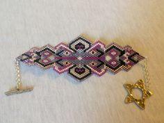 Bracelet manchette tissé avec des perles de rocailles de qualité aux multiples reflets dans les tons mauve,magenta,fushia avec fermoir argent en forme d'étoile. Tissage à l'ai - 18475092