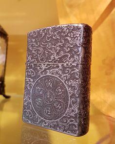 Isqueiro Manjushri - O mantra de Manjushri,OMAH RA PA TSA NA DHI, incrementa a sabedoria e protege a fala.Isqueiro mede 6 x 4 x 1,5 cm.