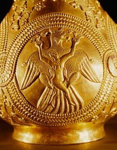 (Romania) Thracian gold vessel from Nagyszentmiklos, Romania. The gold vessels found in 1799 in Nagyszentmiklos (now Sinicolaul in Romania) consists of 23 pure gold vessels weighing a total of 10 kg. Art Antique, Antique Gold, European Tribes, Persian Tattoo, Objets Antiques, Japanese Dragon Tattoos, Art Case, Gold Work, Ancient Jewelry