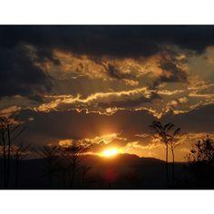La vida nos regala momentos únicos, que solo los que realmente valoran las cosas más simples pueden disfrutar y atesorar por siempre. #oaxaca #mexico #vive_mexico #sun #sunset #sky #sol #nubes #atardecer #landscape