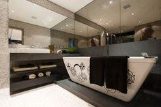 O banheiro da Suíte Master tem vidro espelhado e nas paredes e piso, o revestimento em pastilhas de mármore com 4 mm de espessura. Criado por Ana Bartira Brancante, o quarto foi pensado para jovens casais